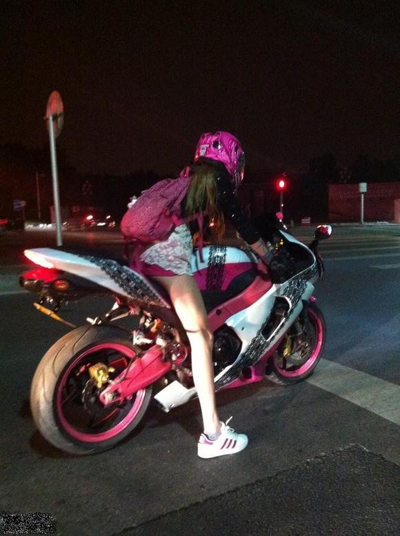 自転車の 自転車 服装 女性 夏 : 90后女生超爱机车…………