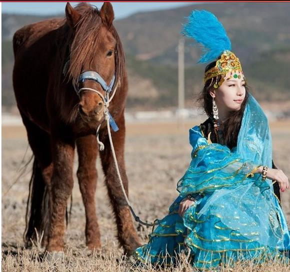 请欣赏新疆哈萨克服饰和美女
