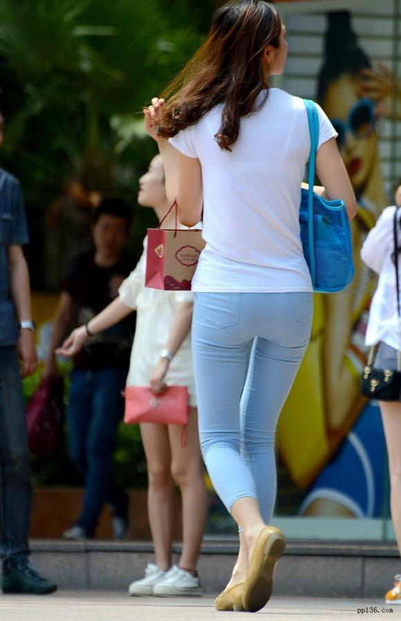 重庆美女街拍2015图片 街拍紧身裤手机用户 街拍美女紧身裤凹凸图片