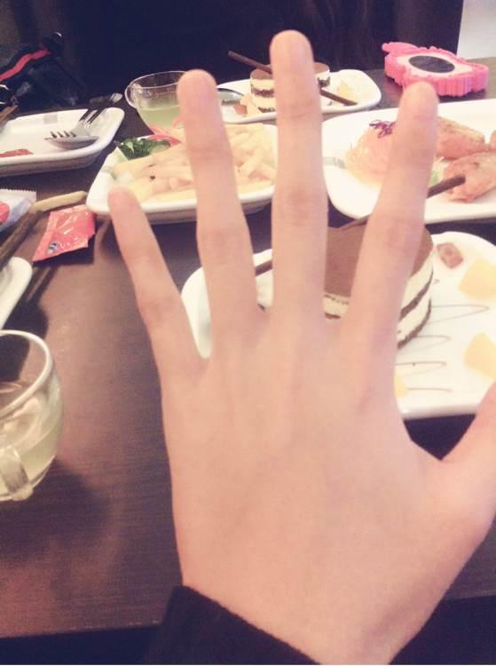 好喜欢女孩修长的手指啊!