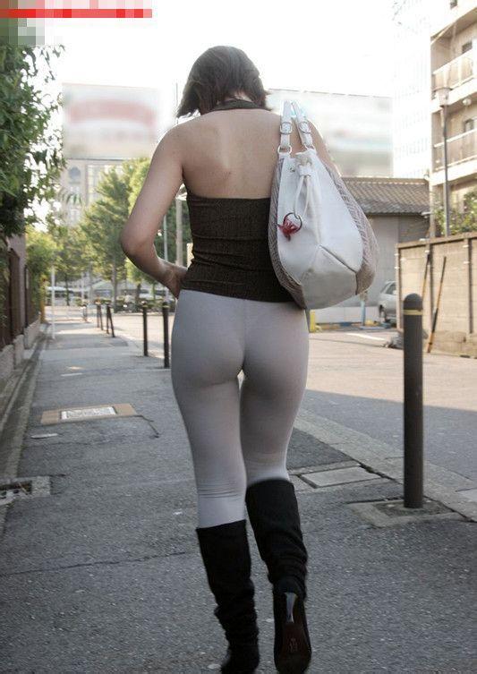 街拍街头紧身裤mm 美女勇气可嘉啊!