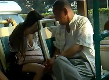 夏天美女坐公交睡觉的春光乍现的杯具