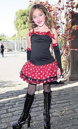 5岁女孩穿高跟鞋吊带裙 竖