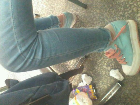 美女同桌上课脱鞋子 诱惑呀!