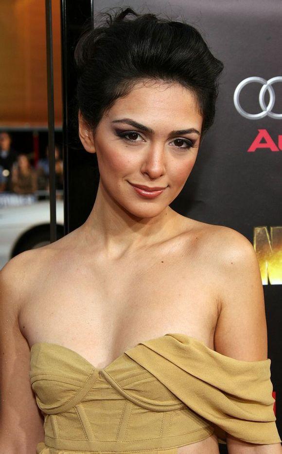 《国土安全》第三季伊朗裔美女纳赞宁・波妮阿蒂惊艳