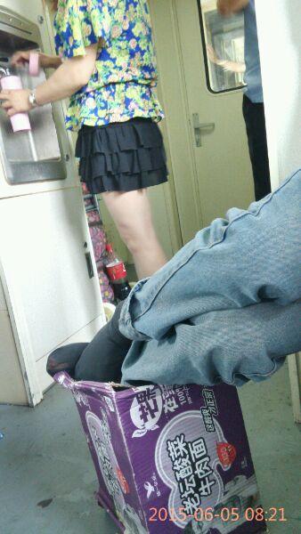 火车上美女多多 大白腿!