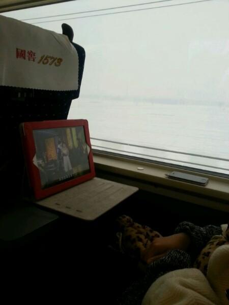 高铁旁边坐了一个美女