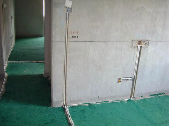 地面,而且防止安装地板后有灰尘上浮瓷砖贴好喽,花片感觉很不高清图片