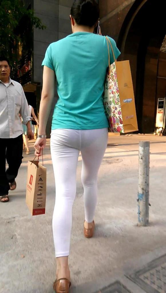 跟拍透视白色紧身裤美臀熟女