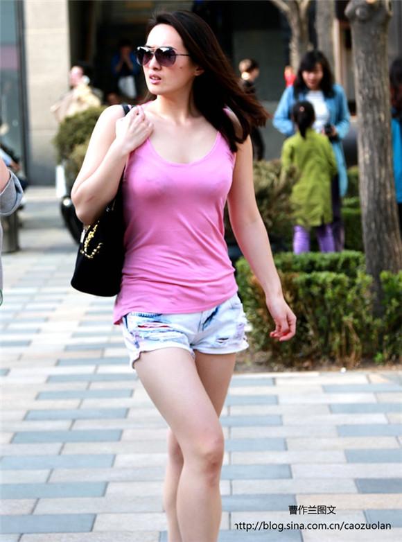 街拍北京三里屯美女 身材热辣长腿细腰