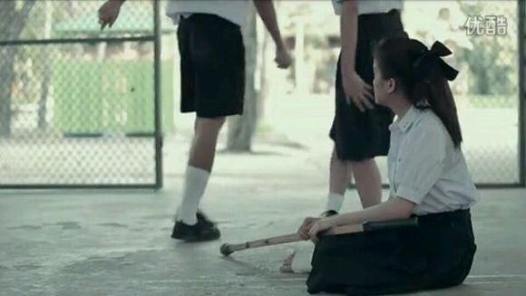 看到女主脚受伤了 就让旁边的女生和自己跳