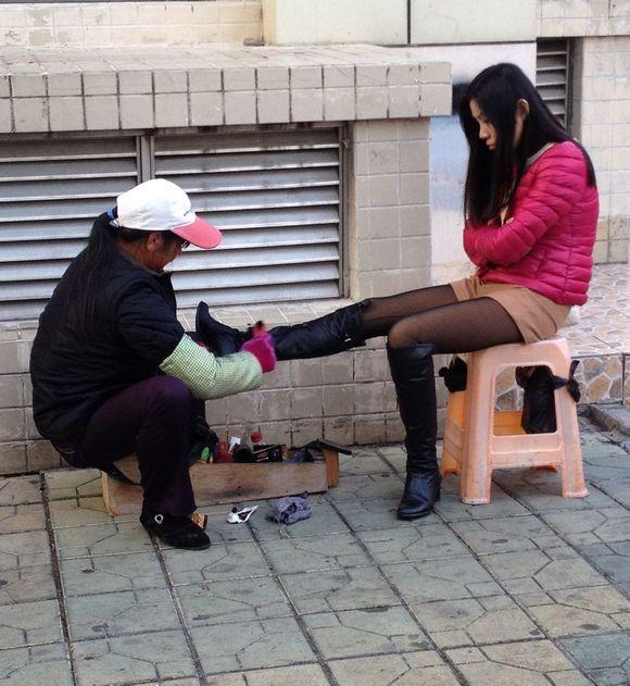 给美女擦高跟靴 滑竿吧