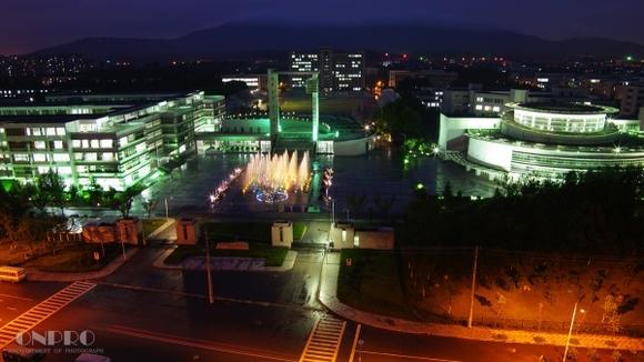图上面显示的呢,是我们的喷泉广场,左边是第四教学楼,也是主教高清图片