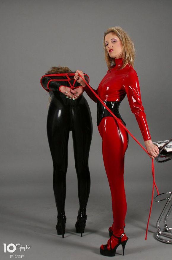 黑红乳胶衣美女欣赏