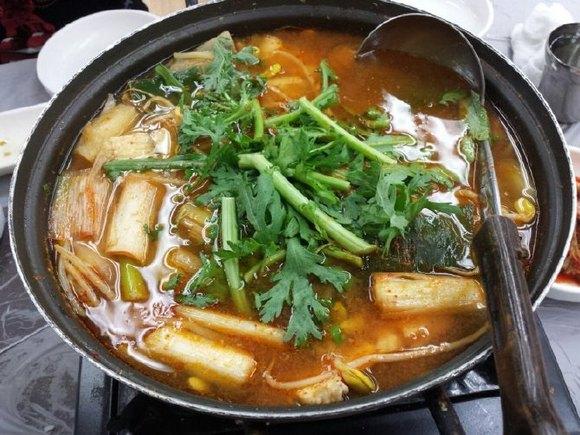 这家餐馆没人收取料理费3000元,蒸螃蟹5000,三人份的辣鱼汤12000.图片