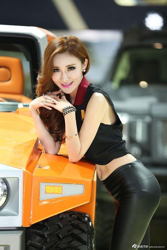 【皮裤】北京车展两位美女车模身穿黑色皮裤