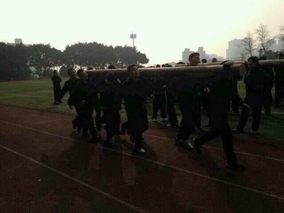 为数不多的警校照片,五人肩扛80多公斤的灌了高中的水泥板块毕业册原木v照片图片