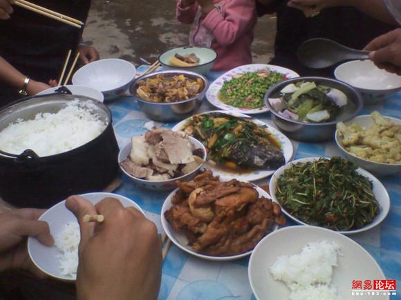 实拍澜沧江边吃的新春大餐 大块吃肉爽呆了(组图)