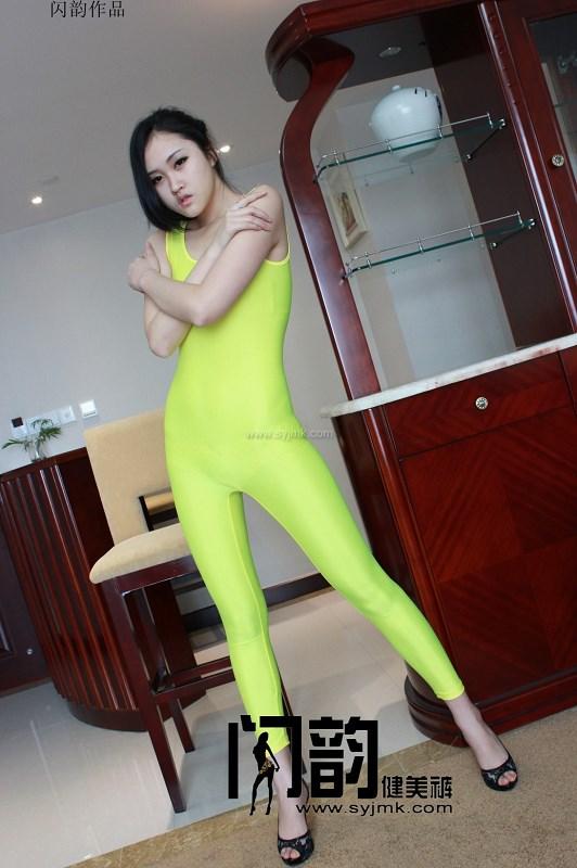 闪韵美女模特多姿多彩的联体健美裤