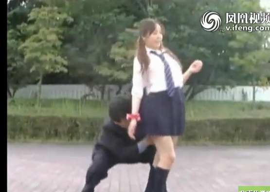 转日本街头千年 短裙美眉遭色狼戳底偷袭