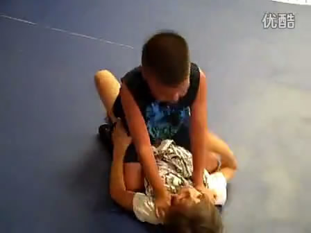 小男孩骑在小女孩肚子上