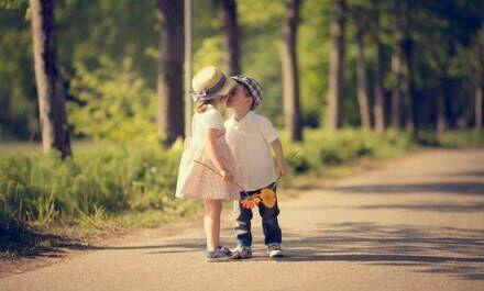 【求图】有没有两个欧美小孩接吻的,两小无猜那种的图片