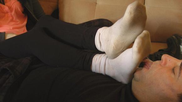 美女夏天穿靴子 白色棉袜被汗水浸泡得发黄