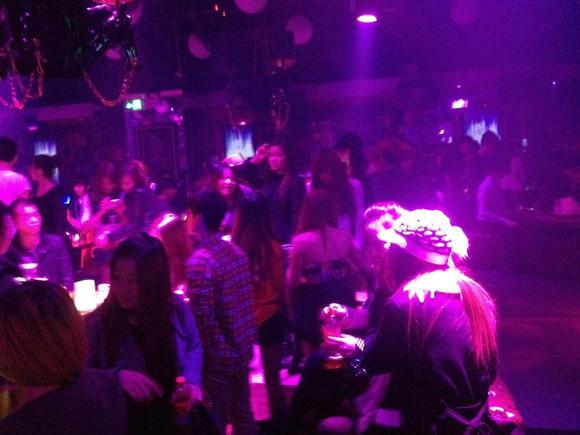 深圳帅哥美女百人群聚酒吧派对
