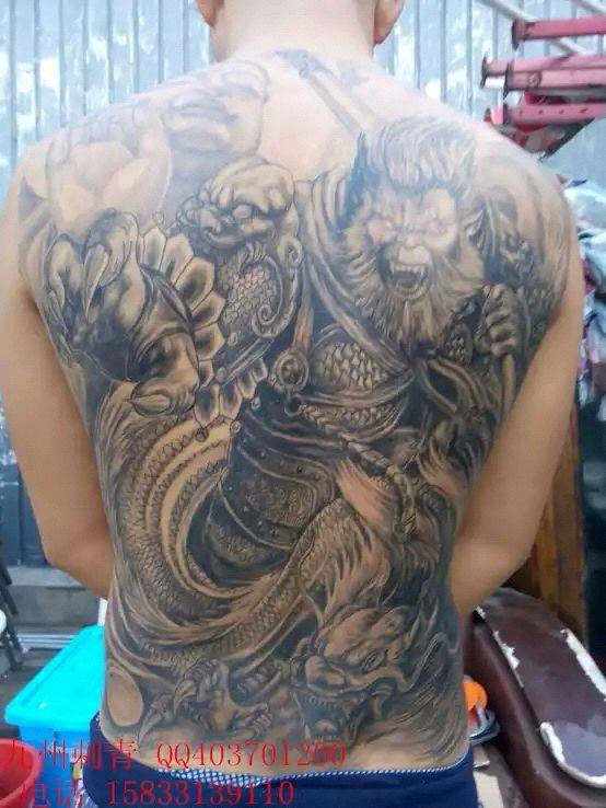 求满背斗战神的图,和纹身师傅图片