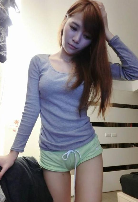 美女爱穿超短裤