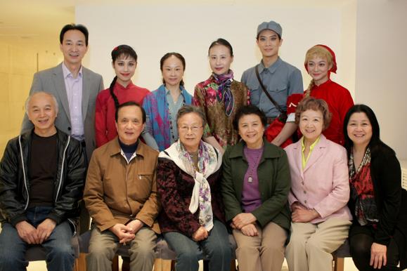 该剧老中青三代主创人员左起:前排凌桂明,林泱泱,程代辉,石钟琴图片