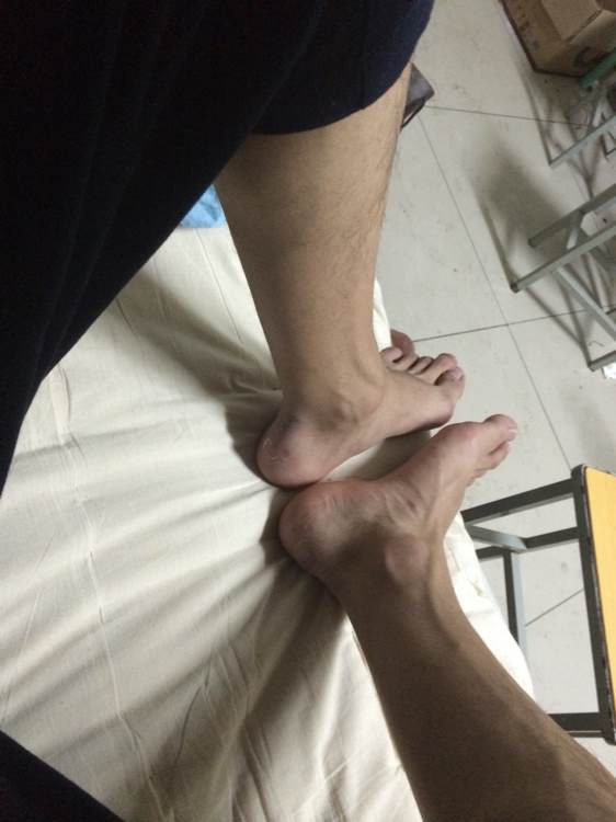 玩睡着的帅哥脚_【白袜帅哥】发个裸脚吧