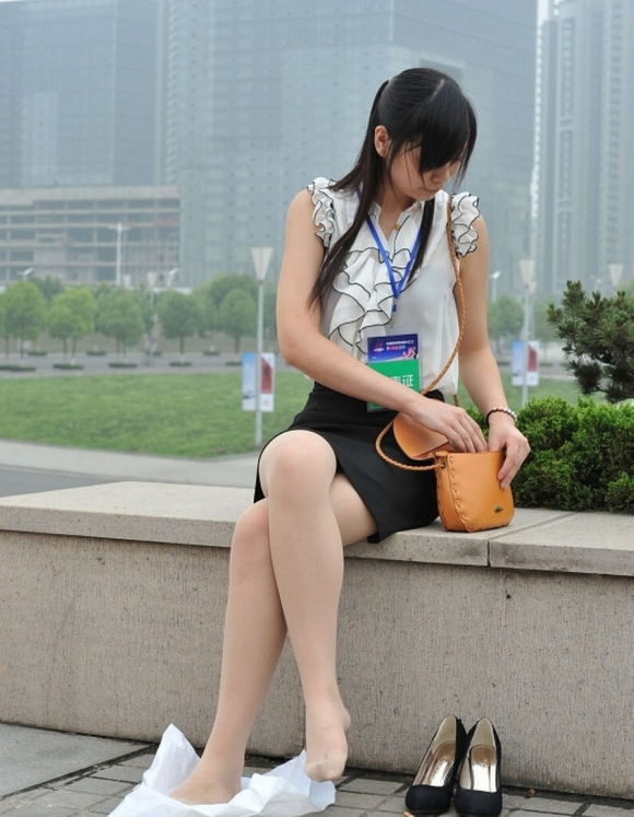 街边晾脚的肉丝美女记者非h勿删