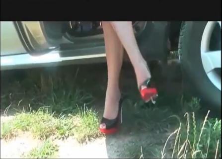 美女打开车门 坐到车座上