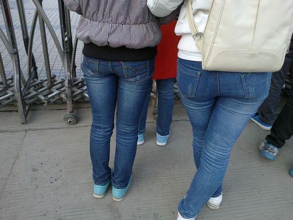 这才叫紧身牛仔裤诱惑!学校?高挑?美女?近距离?美臀?