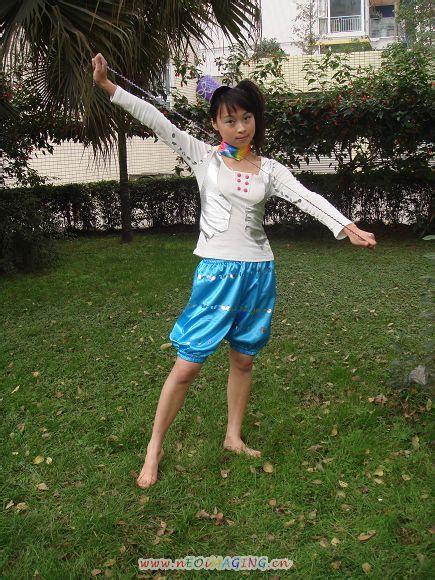 【演出】草坪上的光脚女生