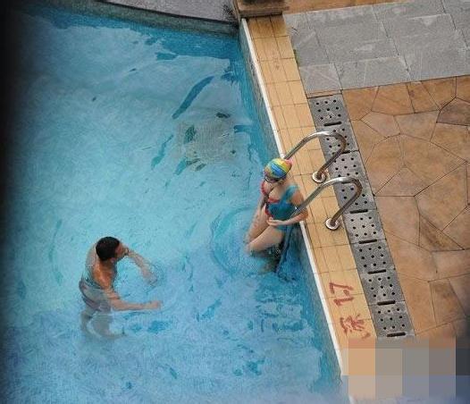 游泳教练强吻丰满女学员