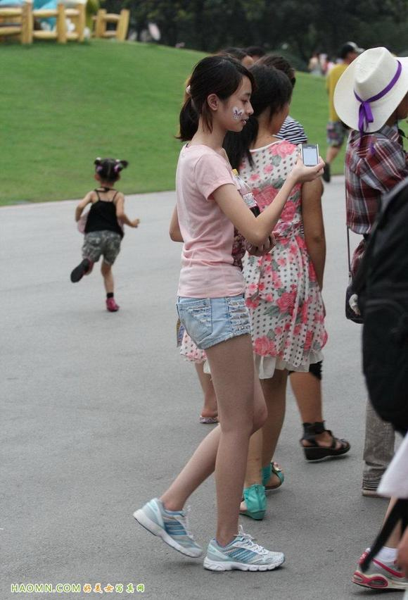街拍性感小美女热裤美腿图片