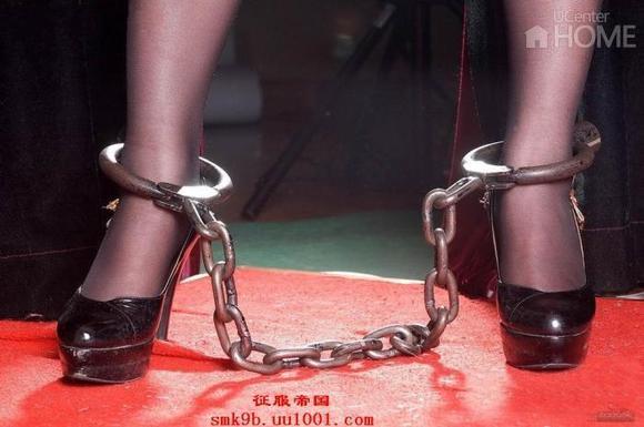 牢房木枷 脚镣女囚小说