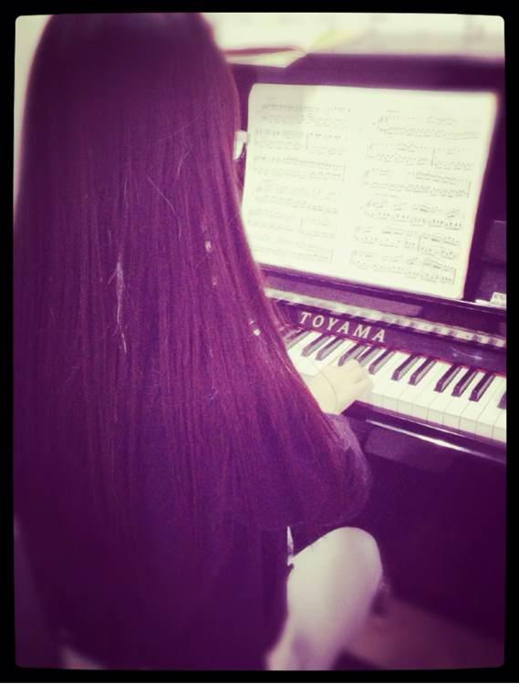 有没有那种弹钢琴长发美女的图片