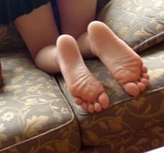 美女给另一个美女揉脚丫子