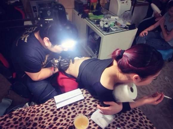 今天给美女纹身!
