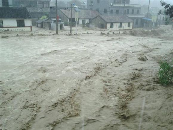 宁波余姚受台风影响,70 城区被淹,居民停水停电,断粮 高清图片