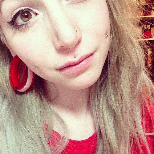 个性美女的纹身和穿孔
