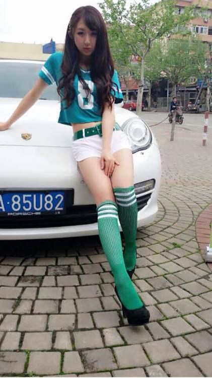 有谁有身穿足球袜的美女图吗?我觉得好美