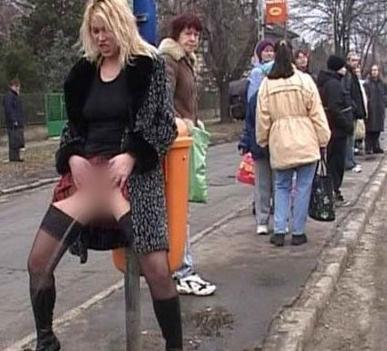 一些美女小便失禁丑态抓拍的照片