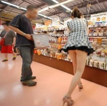 【汗颜~】美女光屁股超市购物组图