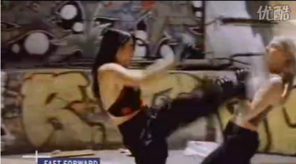 直播中外美女格斗 华裔女被白人女格毙