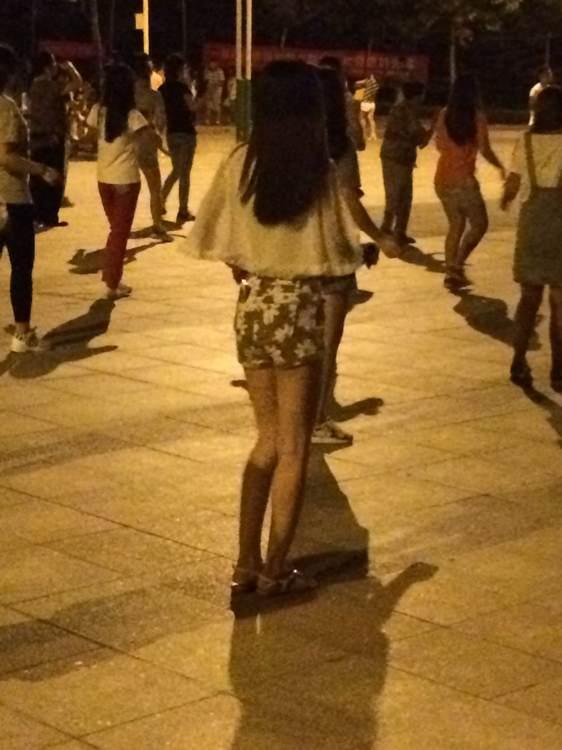 今天晚上跳广场舞的美女