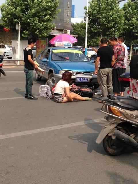 出租车司机给美女撞倒了